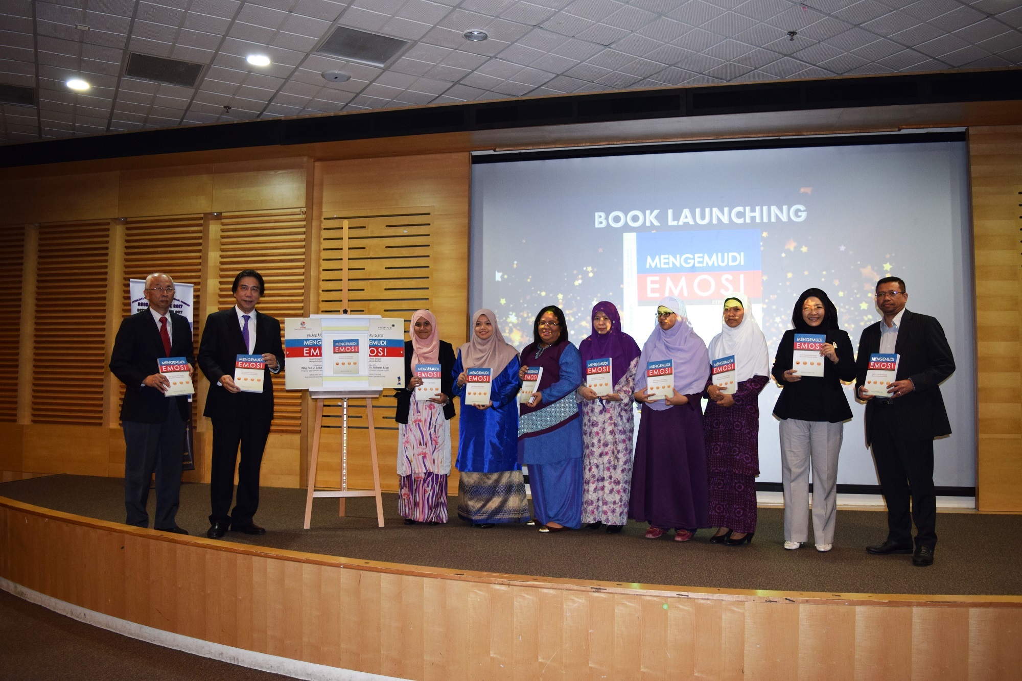 The CEO of ITBM, Mr Mohd Khair Ngadiron, YBhg. Tan Sri Datuk Dr. Ridzwan Abu Bakar, Chairman of the Board of Governors CyberjayaUC and Prof. Dato' Dr. Hj Abd Rahim Hj Mohamad with all the translators of the book, 'Mengemudi Emosi'.