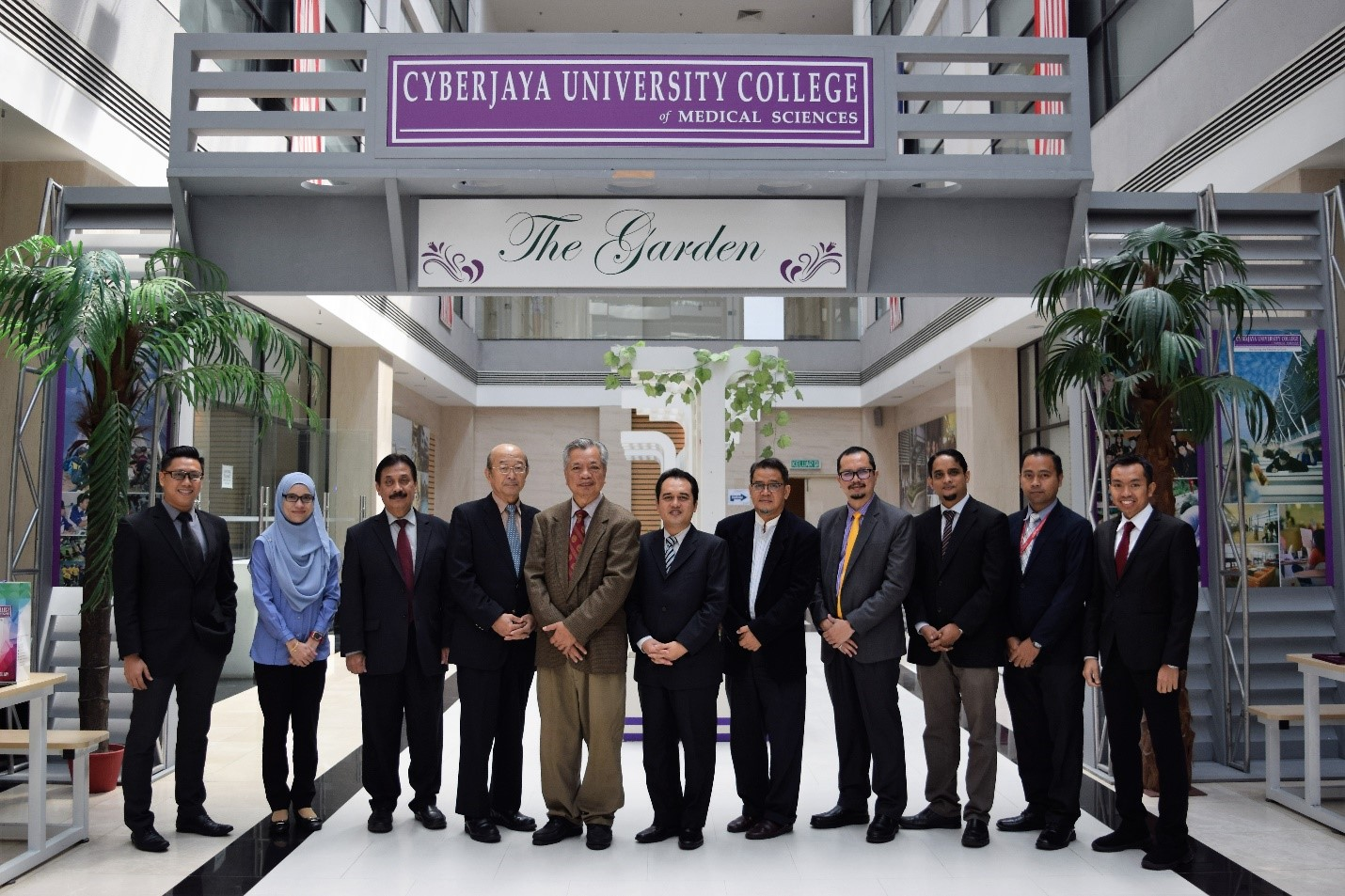 Present at the ceremony was President of Cyberjaya University College, Professor Dato' Dr. Mohamad Abd Razak, Deputy President of Academic Affairs & Internalisation and Research & Commercialization (AIARC), Professor Dato' Dr. Shaharuddin Mohd, Deputy President of Student Affairs & Alumni, Professor Dr. Abdul Latiff and DreamEDGE Chief Executive Officer (CEO), En. Khairil Adri Adnan along with other representatives